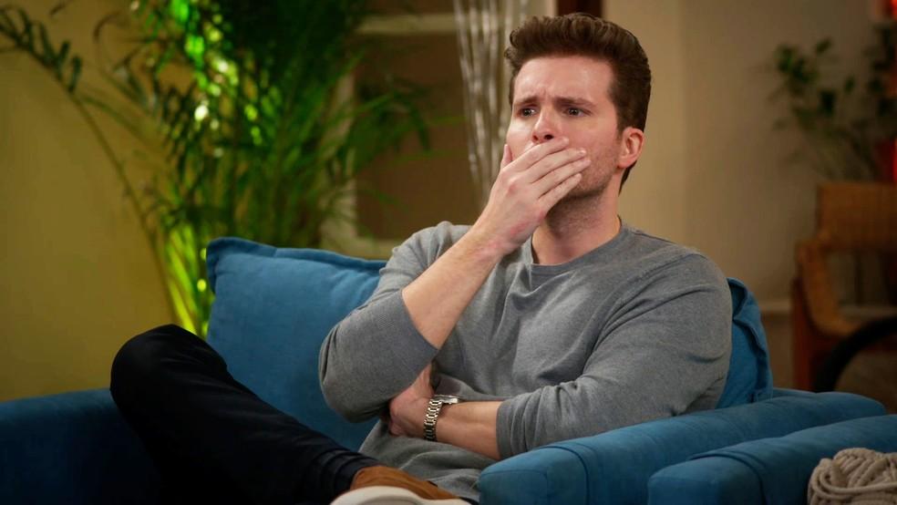 Alan (Thiago Fragoso) fica chocado com a má atuação de Petra (Bruna Guerin) em 'Salve-se Quem Puder' — Foto: Globo