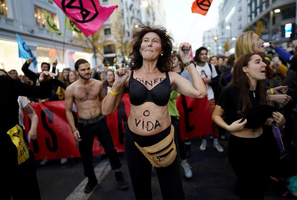 Mulher protesta no meio da Gran Vía, em Madri, cidade que recebe a conferência do clima da ONU — Foto: Juan Medina/Reuters