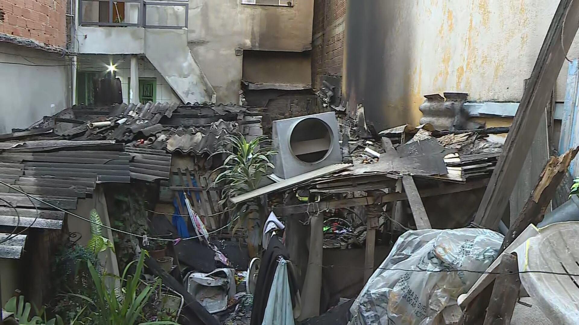 Quintal de casa com acúmulo de lixo e ferro-velho pega fogo em BH