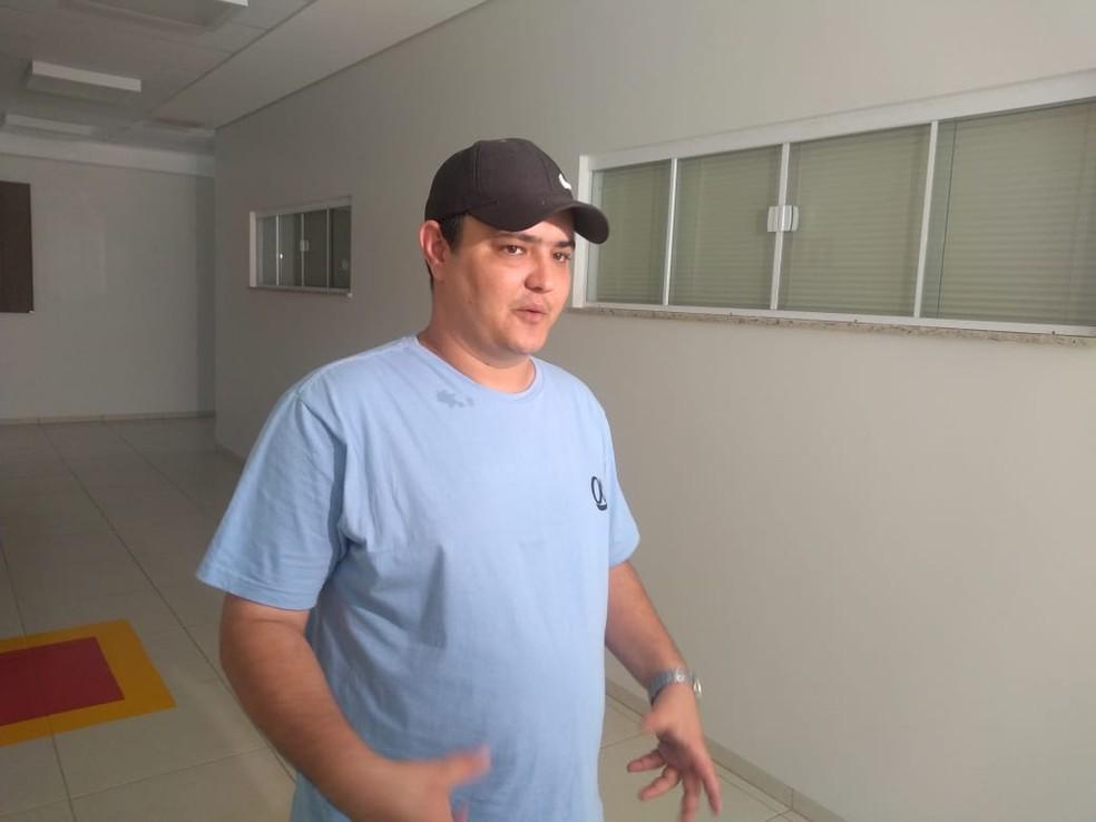 O irmão do piloto, Diego Semencio Esteves, está no hospital e acompanha Maicon — Foto: Igor Fernandes/Centro América FM