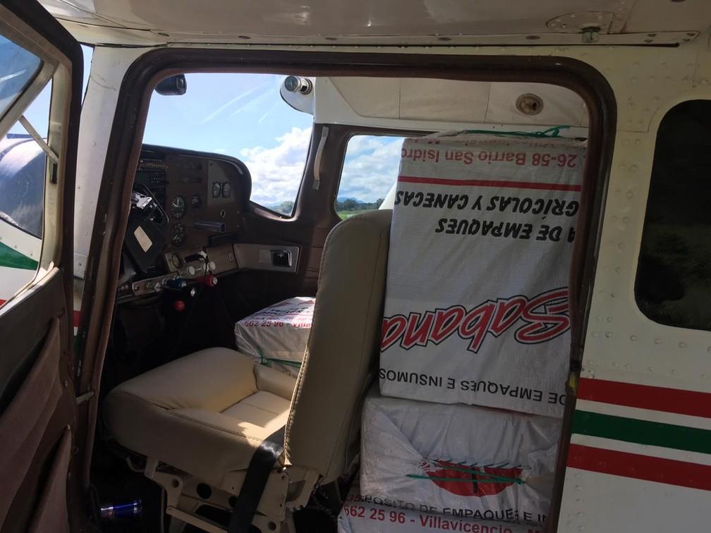 Pacotes da droga estavam escondidos dentro de monomotor interceptado pela FAB e apreendido pela PF — Foto: Divulgação/PF