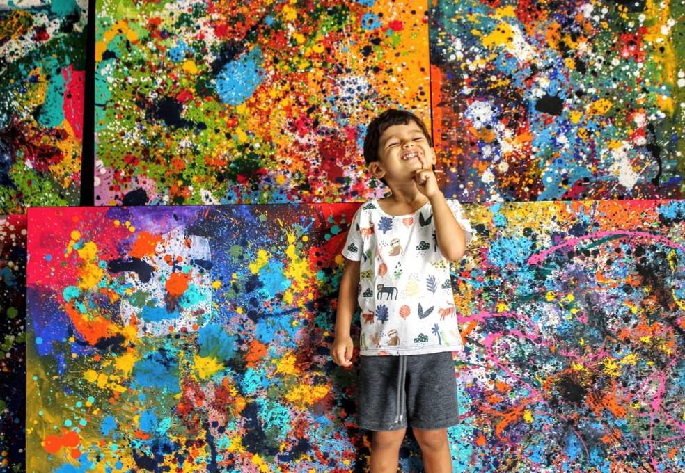 Mateus Rosa, de 3 anos, já expõe as telas que pinta em casa, na PB — Foto: Milton Rosa/Arquivo Pessoal