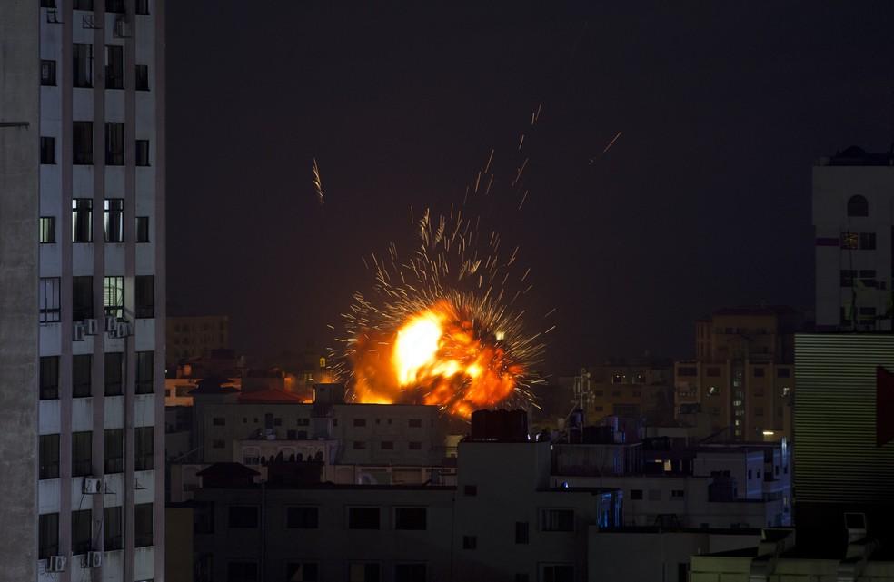 Explosão causada pelo ataque aéreo das Forças de Defesa de Israel em um edifício em Gaza City, na noite deste sábado (4) — Foto: Khalil Hamra/AP