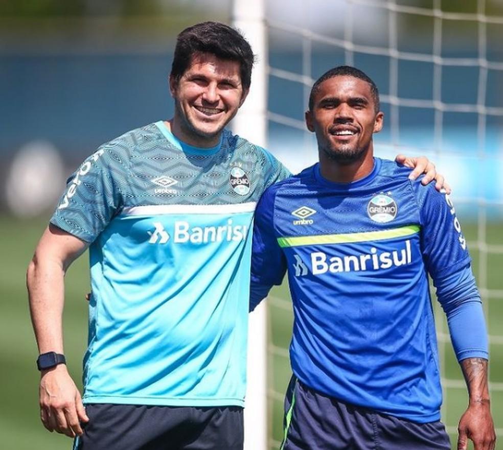 Douglas Costa com o fisioterapeuta Marcos Ganga  — Foto: Lucas Uebel/Grêmio