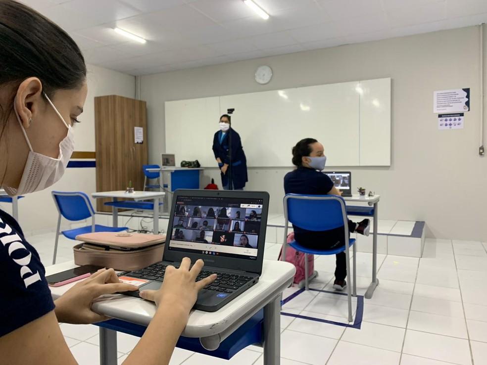 Mesma aula que acontece na escola é transmitida pela internet para os alunos que estão em casa — Foto: Anna Alyne Cunha/Inter TV Cabugi