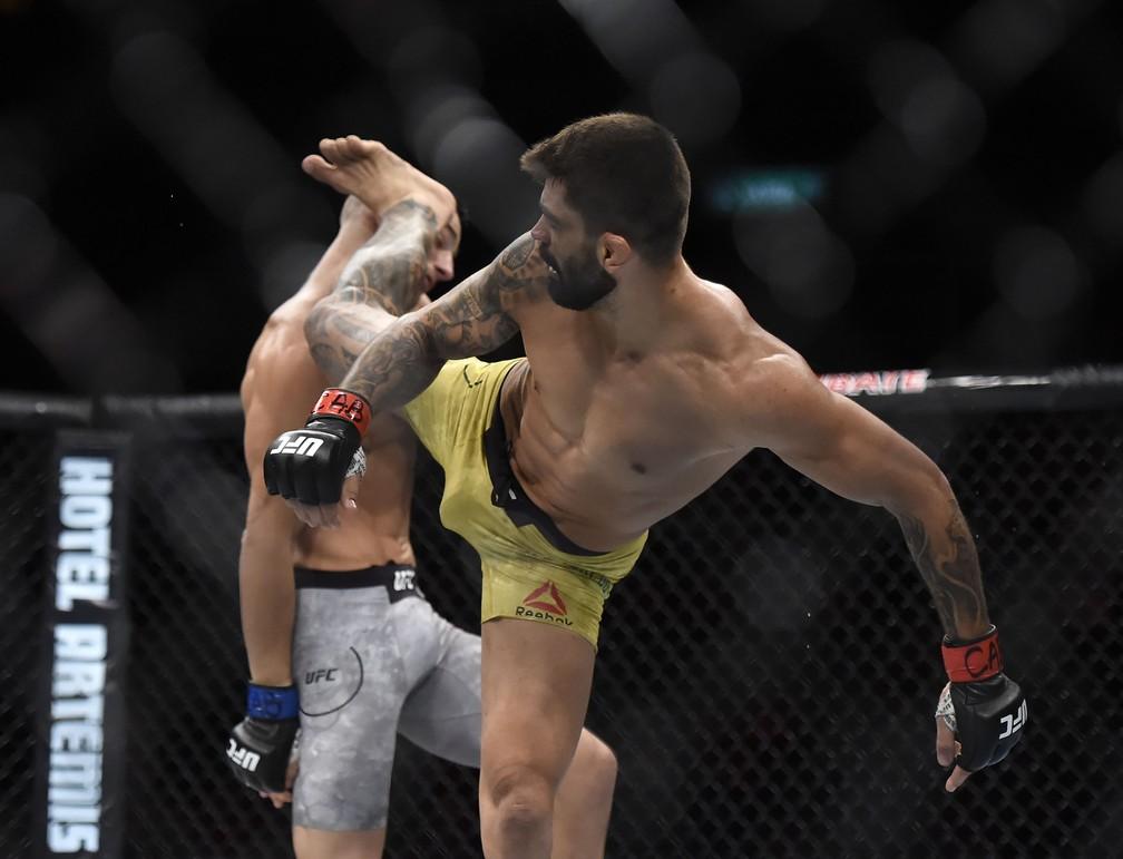Elizeu Capoeira acertou chute alto rodado para vencer Sean Strickland (Foto: André Durão)