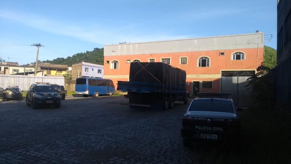 Depósito clandestino funcionava no bairro Vila Ursulino, em Barra Mansa — Foto: PRF