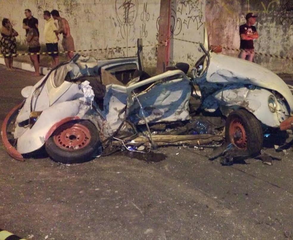 Veículo que levava os três rapazes ficou completamente detruído após a colisão — Foto: Moana Almeida/Arquivo Pessoal