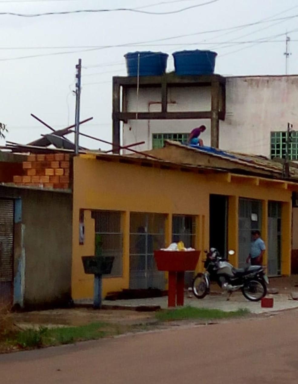 Moradores da Zona Leste tiveram casas destelhadas por causa da chuva. — Foto: Arquivo