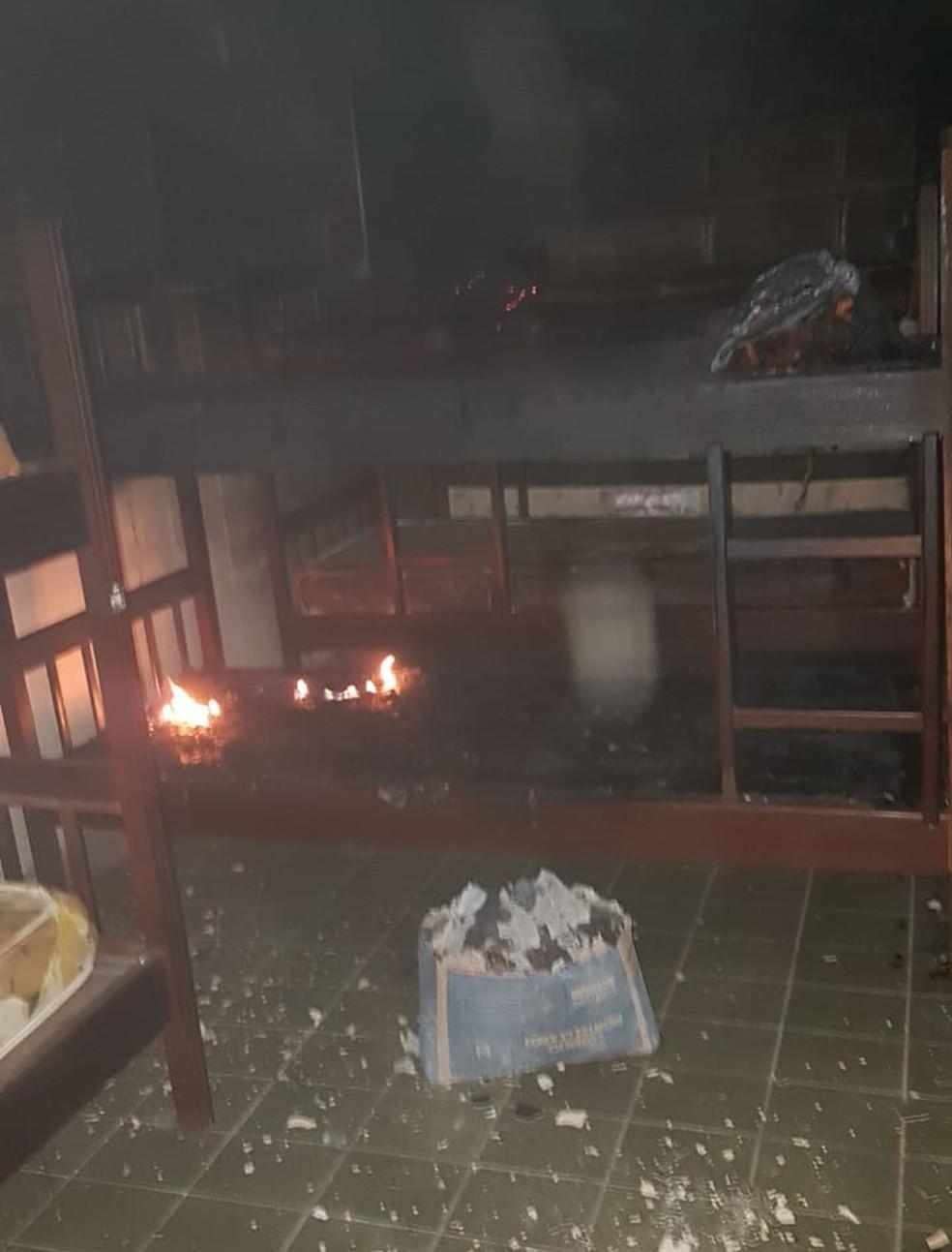 Fogo atingiu camas de dormitório de escola na Grande Natal.  — Foto: Redes sociais