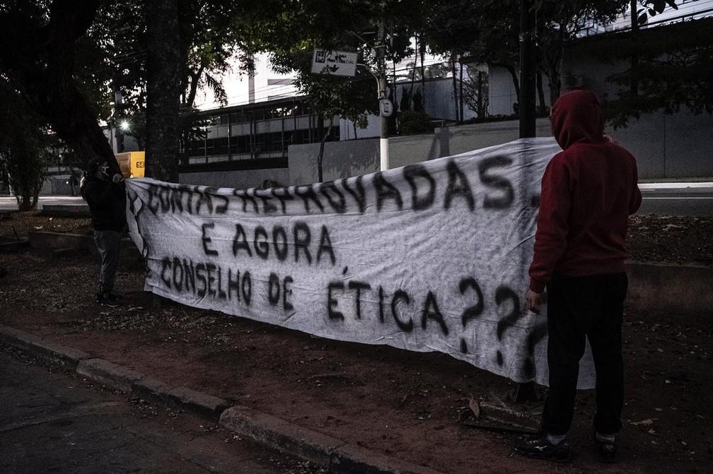 Protesto da torcida do Corinthians na porta do Parque São Jorge  — Foto: Fernando Lago/Divulgação