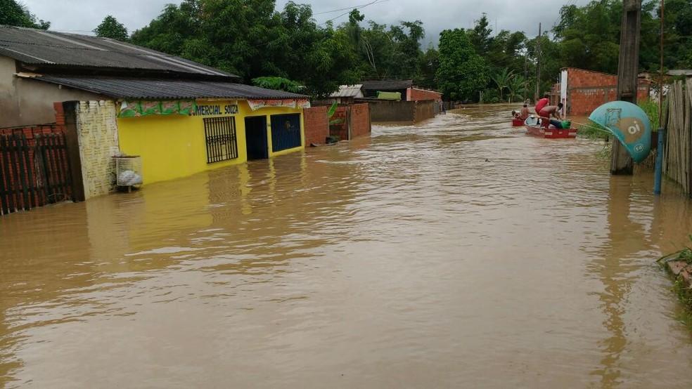 Moradora diz que Igarapé Judia que fica perto do bairro transbordou após chuva e causou inundação (Foto: Dora Araújo/Arquivo Pessoal)