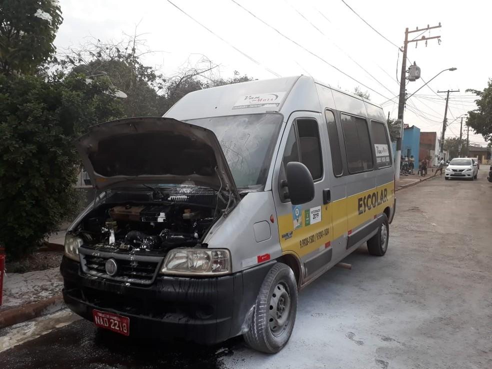 Van escolar ficou parcialmente danificada após pegar fogo em Cuiabá — Foto: Polícia Militar de Mato Grosso/Assessoria