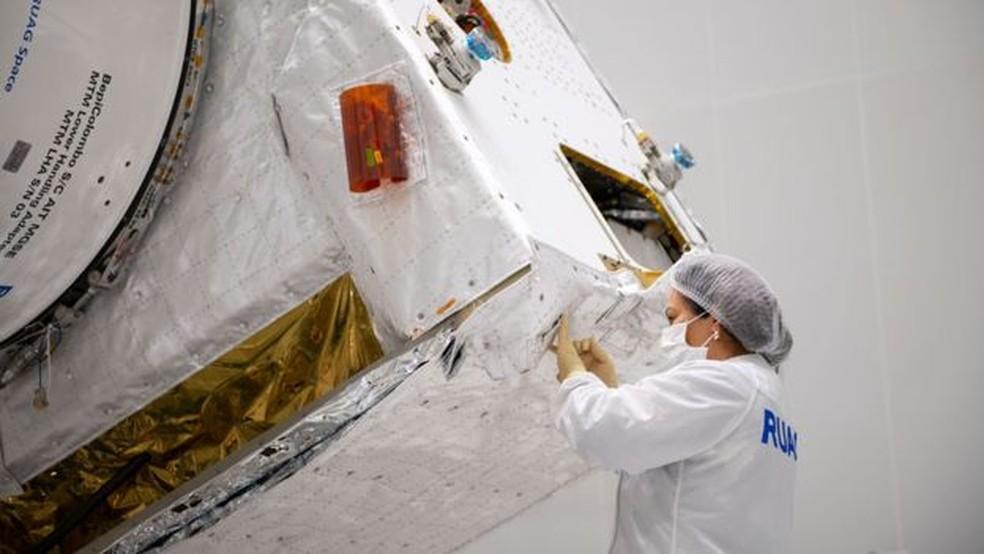 Camadas de isolamento térmido são aplicadas à mão — Foto: ESA