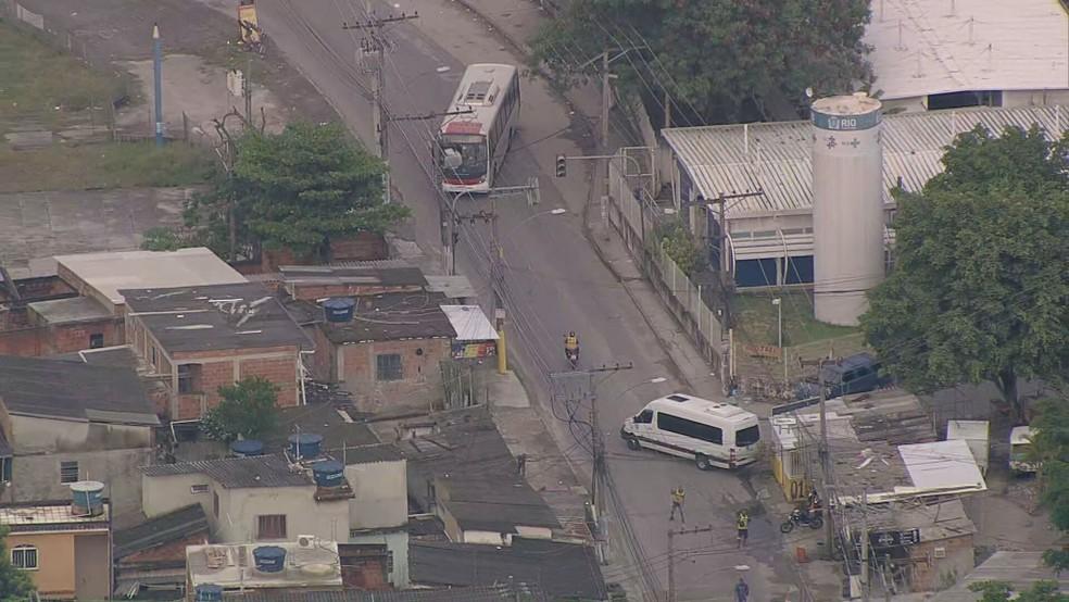 Criminosos sequestram ônibus e van para dificultar o acesso da polícia à Vila Aliança, em Bangu — Foto: Reprodução / TV Globo