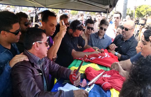 Familiares levam caixão de Crisitano Araújo para cemitério Goiânia Goiás (Foto: Sílvio Túlio/G1)
