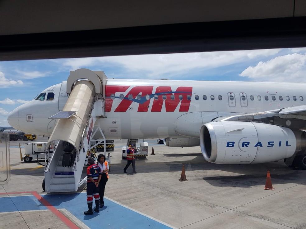Avião da Latam que havia decolado em Vitória, no ES, e precisou pousar em Brasília por falhas no trem de pouso — Foto: Arquivo pessoal