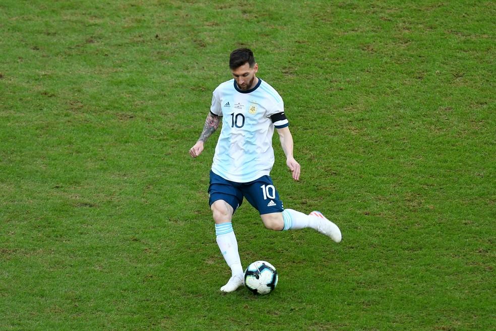Lionel Messi criticou condição do gramado contra o Catar — Foto: Pedro Vilela / Getty Images