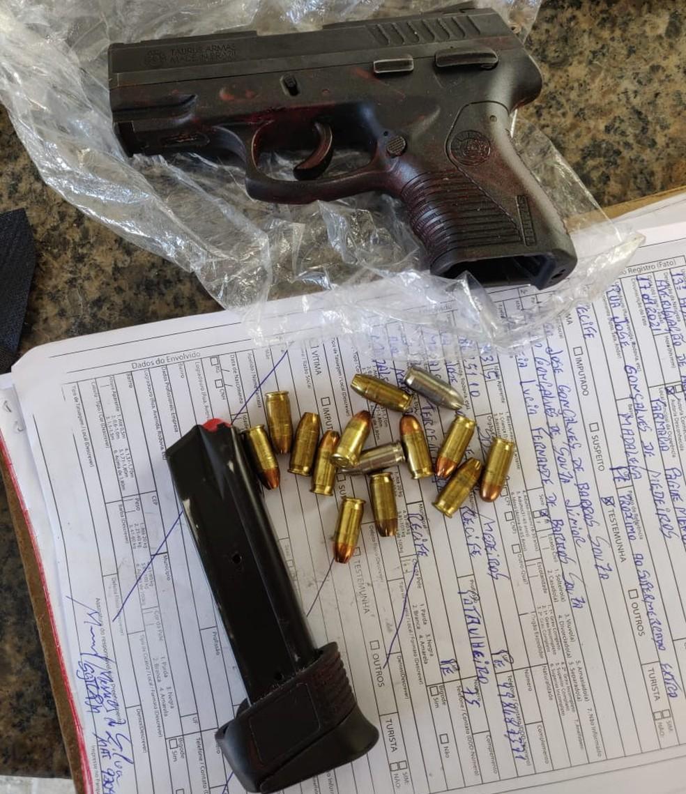 Pistola e munições foram apreendidas com home que roubou carro e bateu em poste, no Recife — Foto: Reprodução/WhatsApp