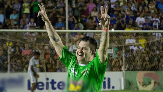 Gusttavo Lima entrega desempenho de Marrone no futebol: 'Muito perna de pau'