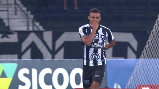 Com apenas um gol pelo Botafogo no Brasileiro, Erik associa queda à opção pelo trabalho coletivo