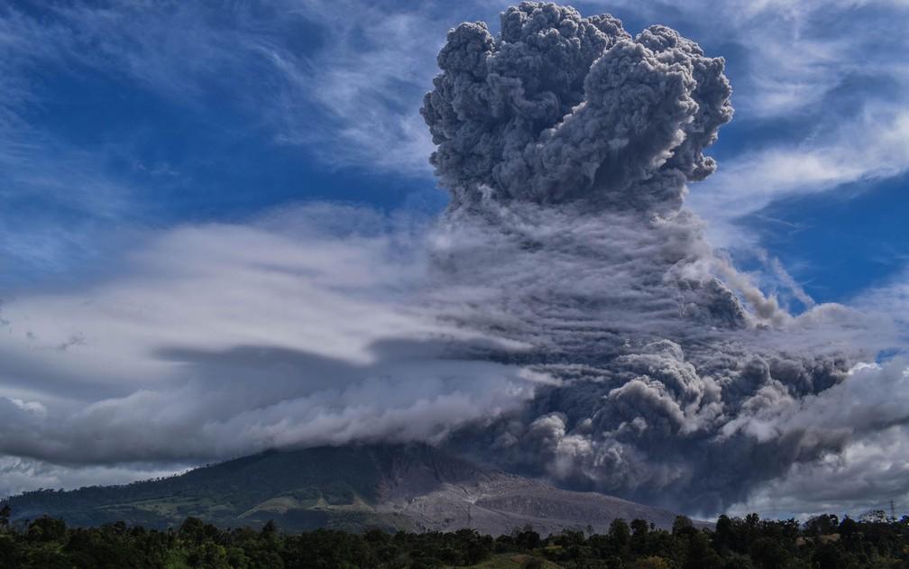 Coluna de fumaça provocada pela erupção do Monte Sinabung, em Sumatra, na Indonésia, na segunda-feira (10) — Foto:  Anto Sembiring / AFP