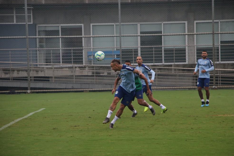 Everton em ação no treino do Grêmio — Foto: Eduardo Moura