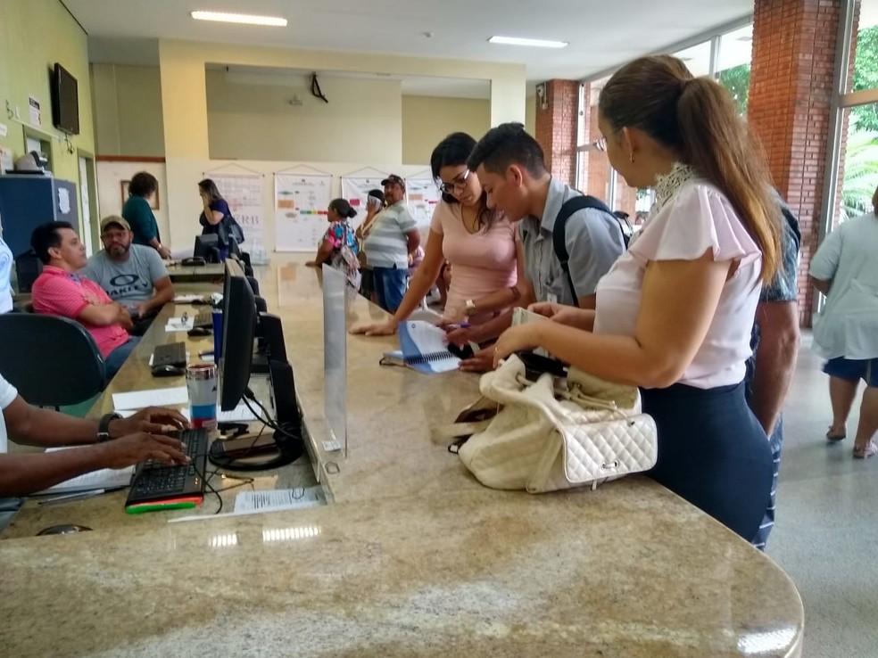Familiares fazem ficha das vítimas no Hospital de Urgência e Emergência de Rio Branco — Foto: Quésia Melo/G1