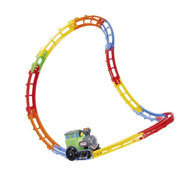 Pista de trem  R$ 194,99, Little Tikes, para Candide Quando a locomotiva é ligada, a pista (35 cm de altura) rola pelo chão em direções imprevisíveis. O movimento errático encanta e diverte as crianças. O trenzinho pode também ser removido dos trilhos e usado para brincadeiras em superfícies planas. Precisa de quatro pilhas AA (inclusas).  (Foto: Bruno Marçal / Editora Globo)