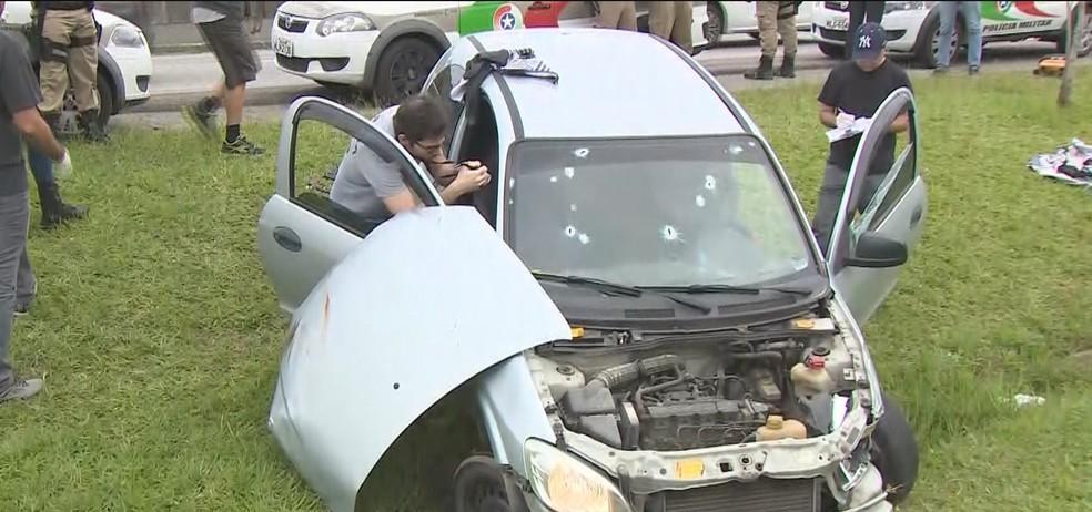 Pela manhã, IGP fazia perícia no carro dos suspeitos (Foto: Reprodução/NSC TV)