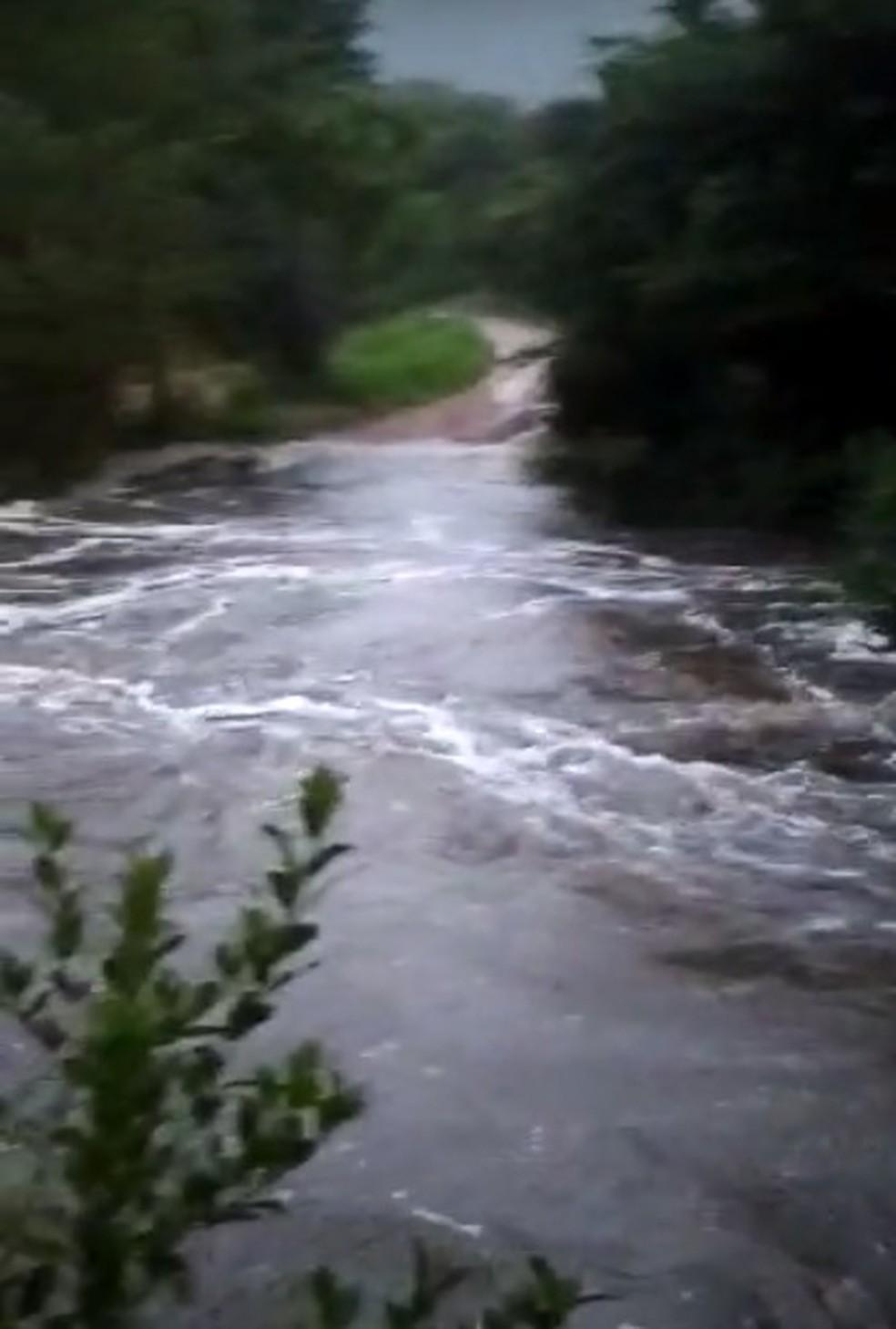 Ponte improvisada foi levada pela tromba d'água  — Foto: Divulgação