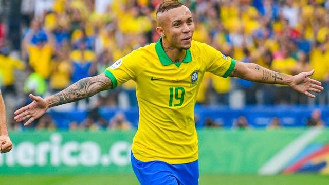 Everton comemora o seu gol, o terceiro do Brasil na goleada