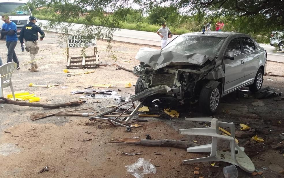 Vítima que morreu estava sentada em uma barraca às margens da estrada quando foi atropelada por um dos veículos, segundo PRF — Foto: Beto Silva/TV Paraíba
