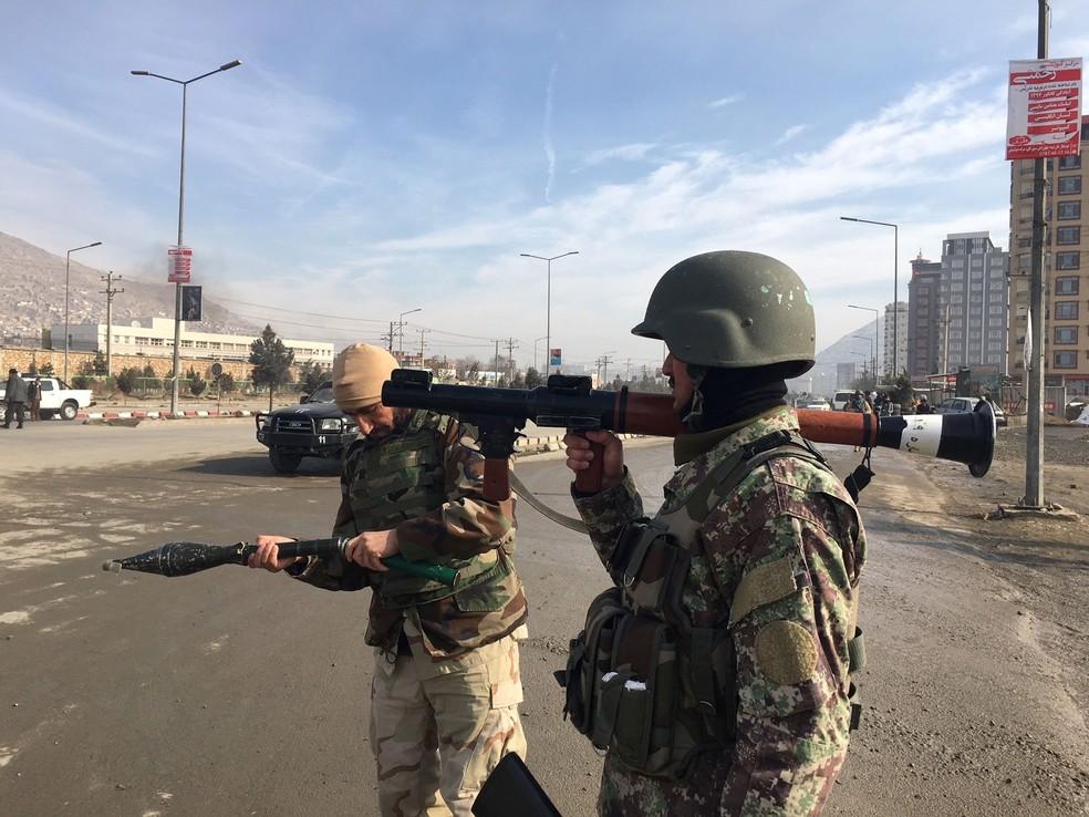 Forças de segurança chegam ao centro de treinamento militar do serviço de inteligência afegão após relato de ataque nesta segunda-feira (18)  (Foto: Rahmat Gul/ AP)