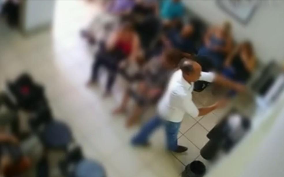 Homem se passa por paciente para ter acesso a clínicas e furtar em Goiânia  — Foto: Reprodução/TV Anhangeura