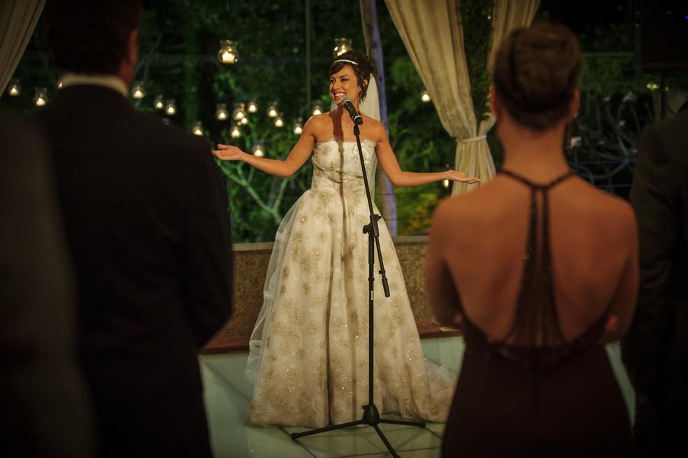 Maria Clara (Andréia Horta) decide aproveitar festa de casamento após desistência de Enrico (Joaquim Lopes) - 'Império' — Foto: Alex Carvalho/Globo