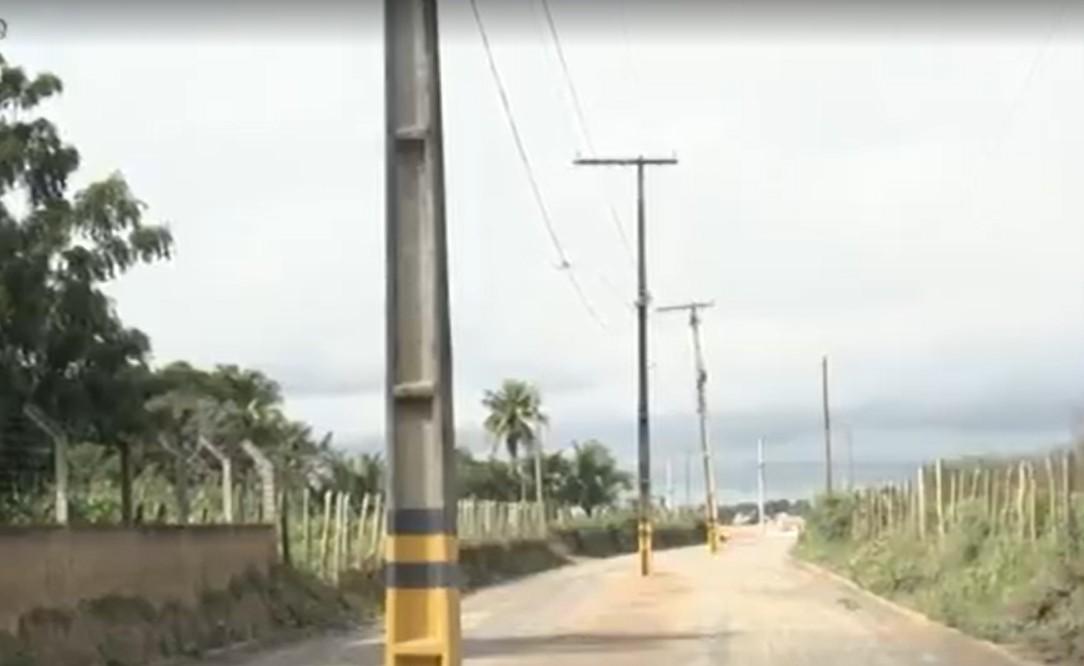 Postes de iluminação instalados no meio da rua causam transtornos para moradores de Feira de Santana