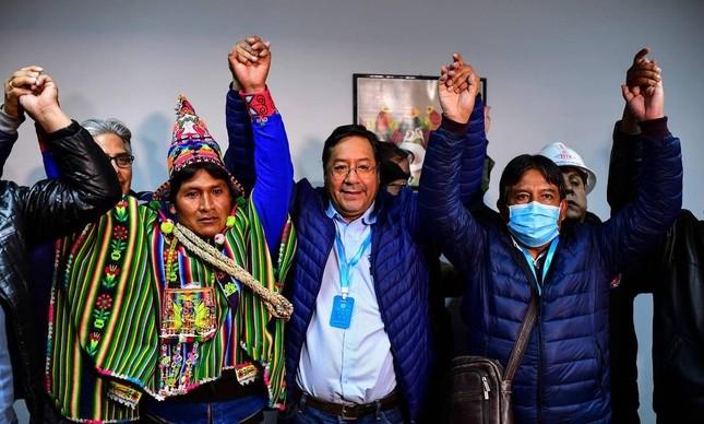 Luis Arce (ao centro) comemora eleição com aliados na Bolívia