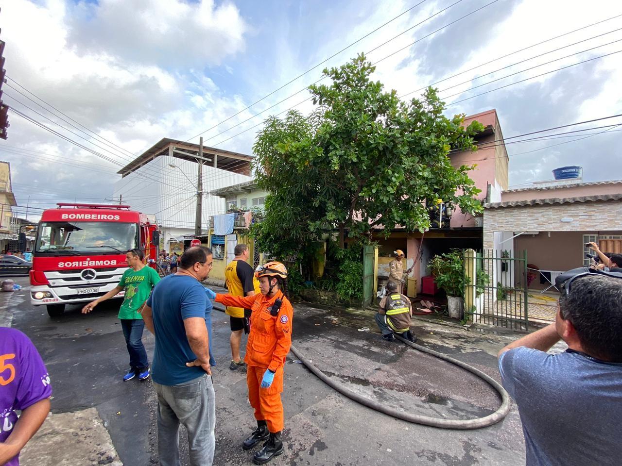 Incêndio destrói segundo andar de casa, e três crianças são socorridas em Manaus