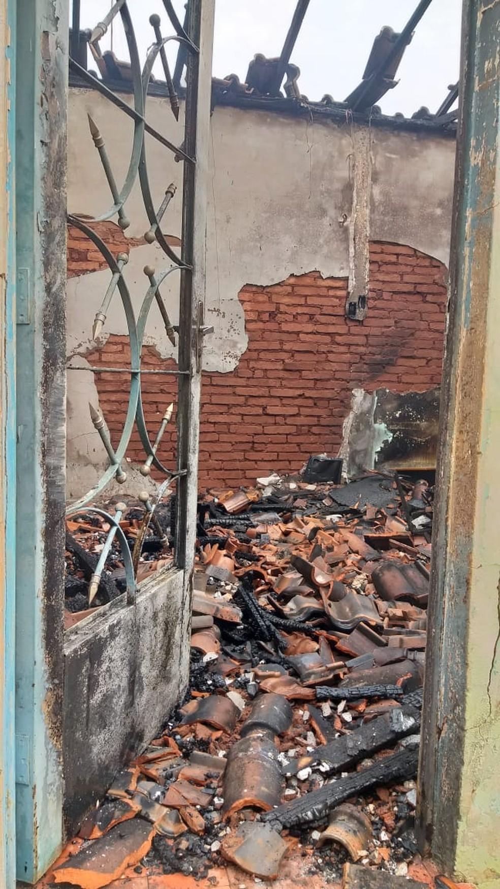 Casa ficou destruída após incêndio em Araraquara — Foto: A CidadeON/Araraquara