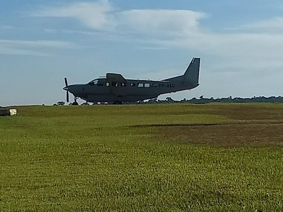 Avião usado para transferência de Bruno Farina pousou no aeroporto de Foz do Iguaçu, por volta das 9h30 deste sábado (29) — Foto: Raphaela Potter/RPC Foz do Iguaçu