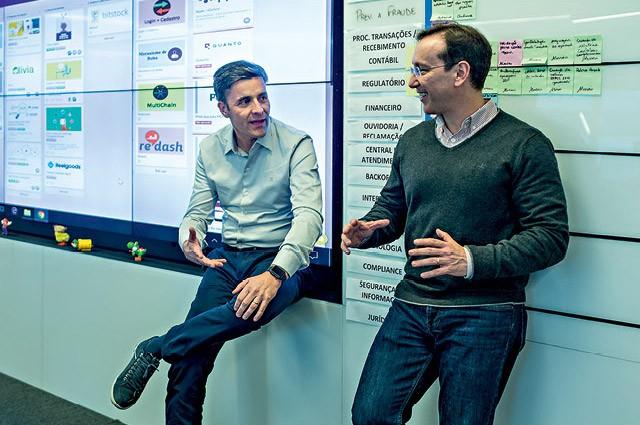 Os diretores Marcelo Andrade Clara e André Duarte comemoram a modernização do banco Votorantim (Foto: Claus Lehmann)