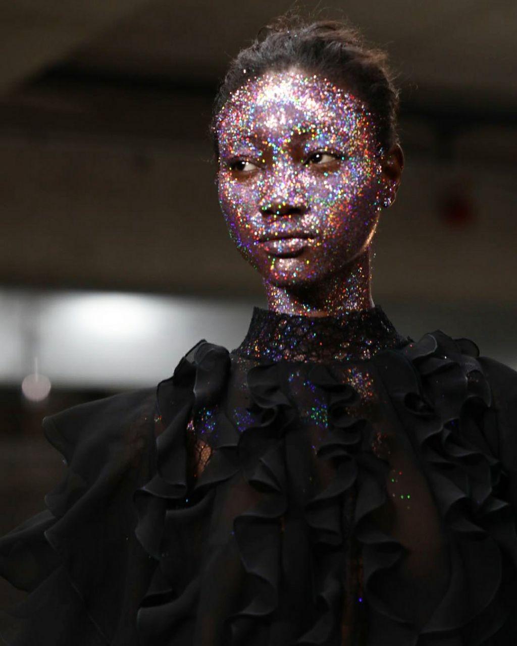Beleza brilhante no desfile de Giambattista Valli (Foto: Fashion To Max)