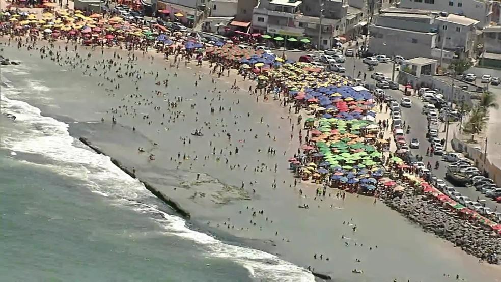 Em Brasília Teimosa, na Zona Sul do Recife, segunda-feira (12) também foi de movimento intenso — Foto: Reprodução/TV Globo