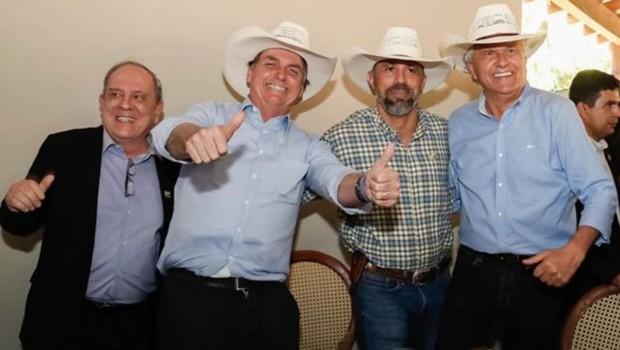 Bolsonaro não acompanhou a votação desta quarta: estava em um evento em Barra do Garça (MT), com o governador de Goiás, Ronaldo Caiado (dir.) (Foto: ALAN SANTOS / PR)
