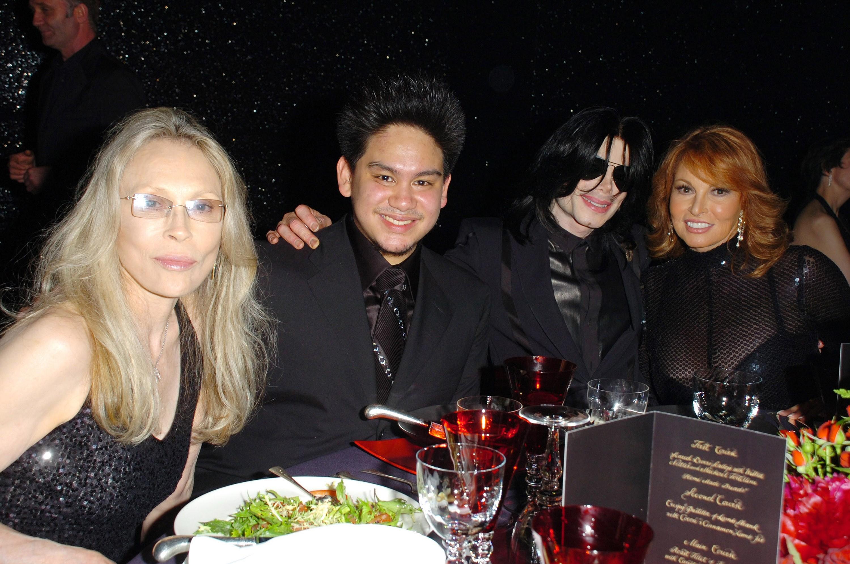 Faye Dunaway, Prince Azim, Jerry Hall, Michael Jackson e Raquel Welch em evento (Foto: getty)