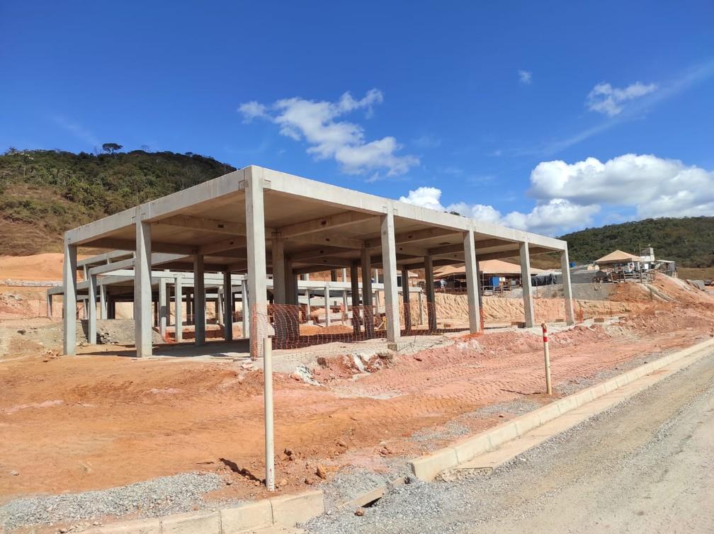 Esqueleto de escola foi erguido no reassentamento de Paracatu de Baixo, segundo comissão de moradores. Casas, porém, ainda não receberam tijolos — Foto: Romeu Geraldo Oliveira/Arquivo Pessoal