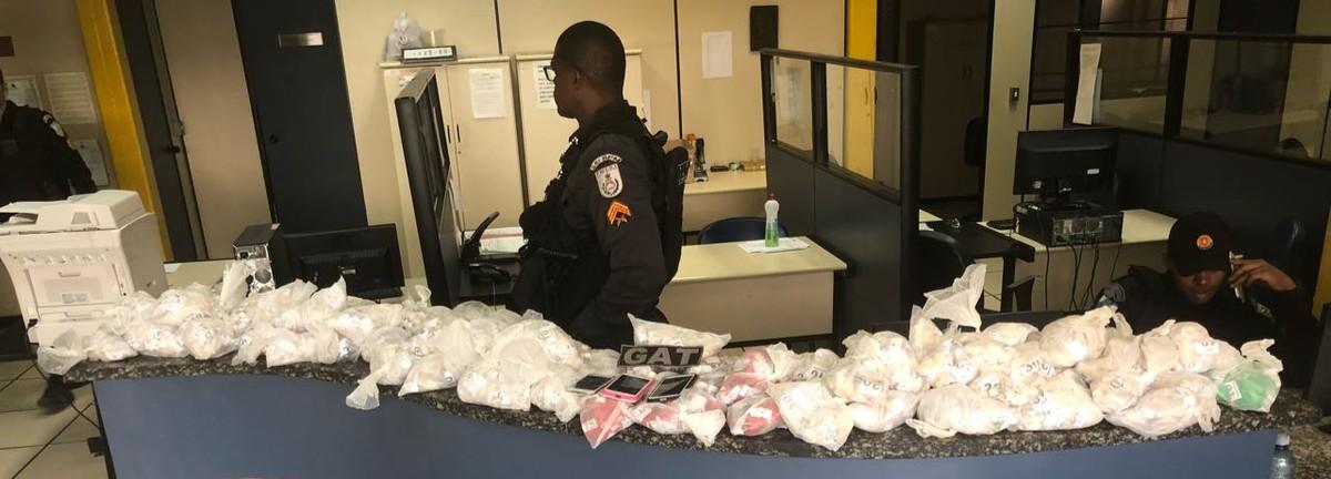 Três suspeitos são detidos com 5.900 mil pinos de cocaína na RJ-106, em Cabo Frio