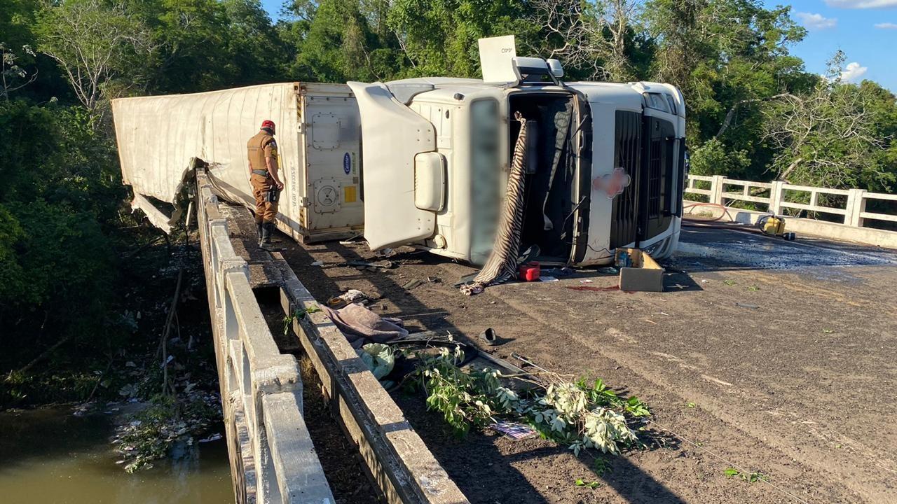 Motorista fica ferido após tombar caminhão sobre a ponte do Rio Ligeiro, na PR-082