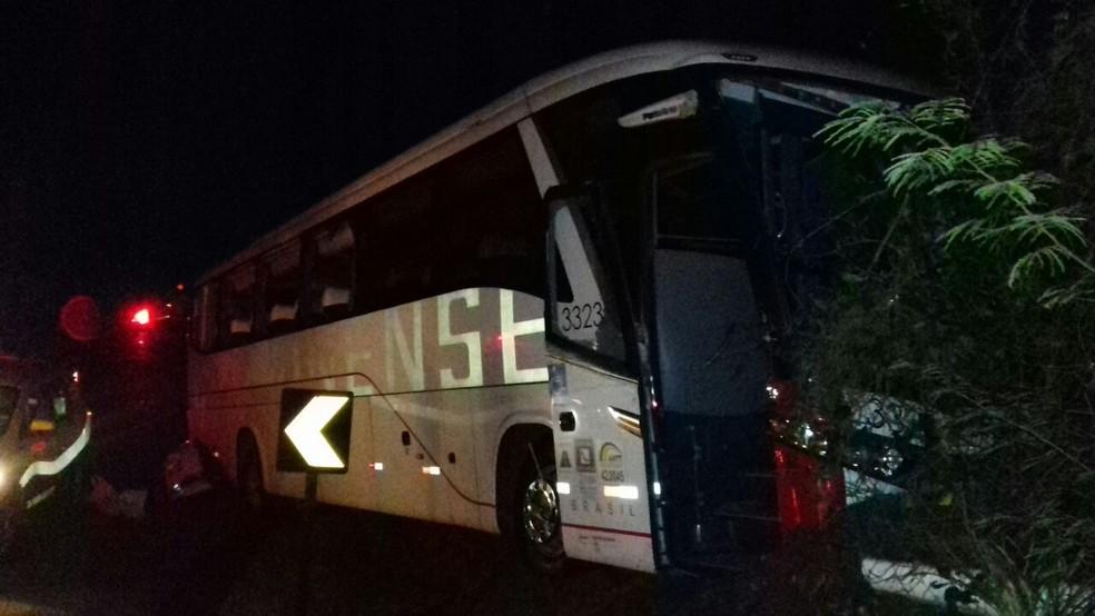 Cinco passageiros que estavam no ônibus ficaram feridos  (Foto: Divulgação/PRF)